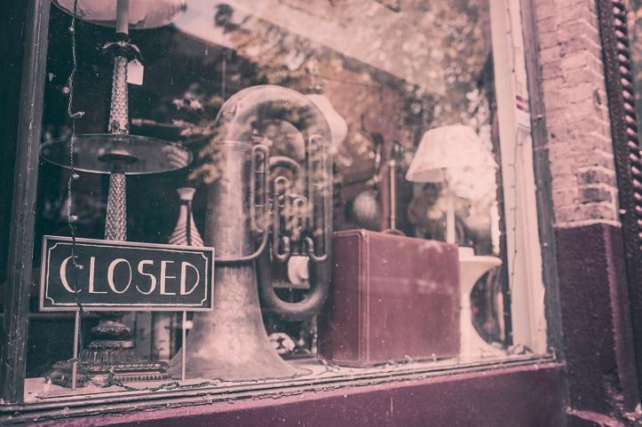 vetrina negozio chiuso